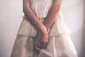 Femme timide avec les mains croisées