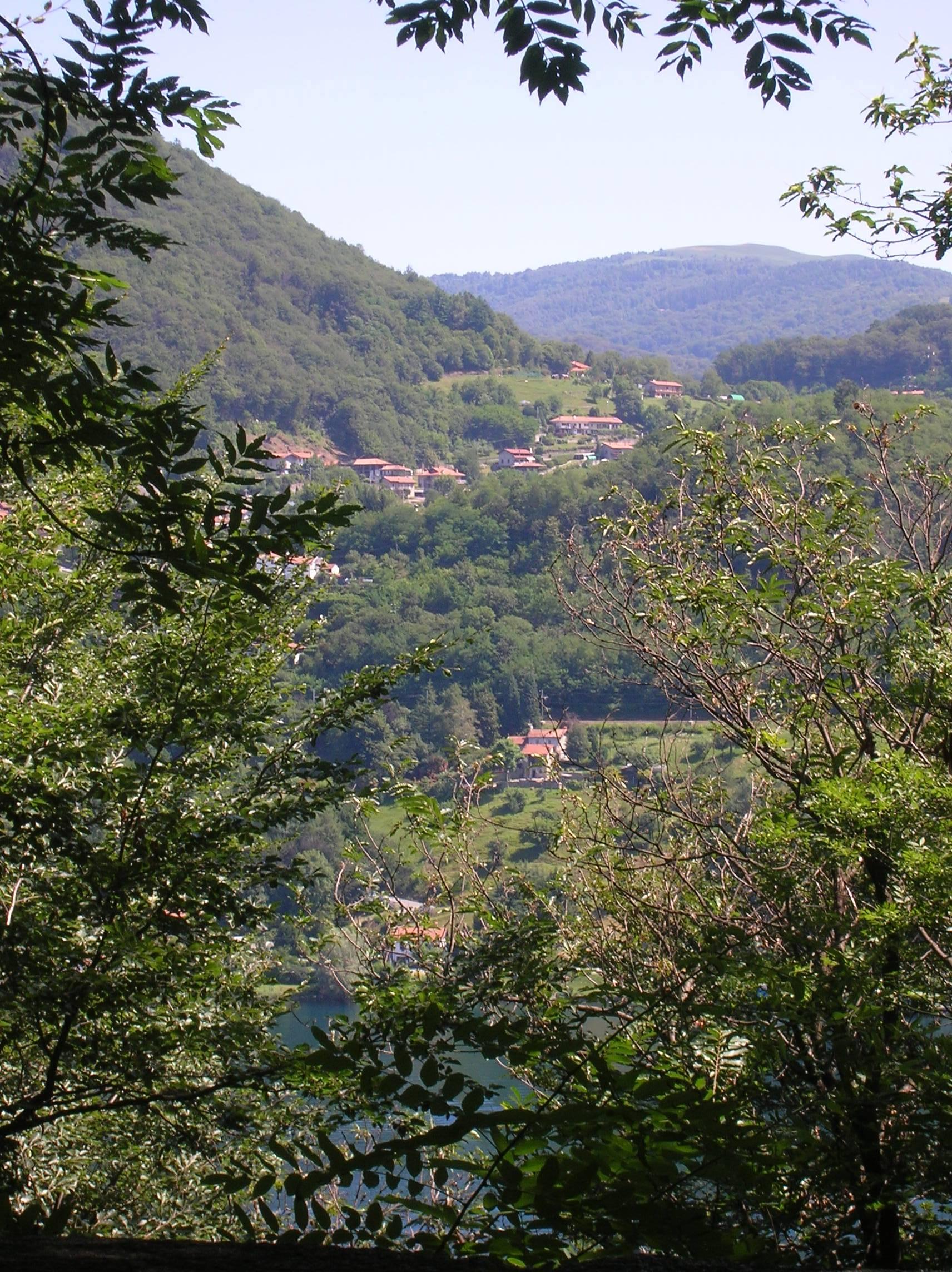 village du Piémont au dessus du lac d'Orta, Alpes italiennes