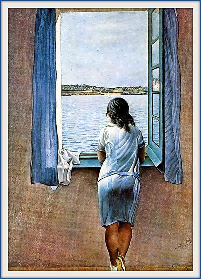 Une jeune femme regarde la mer par la fenêtre depuis sa maison