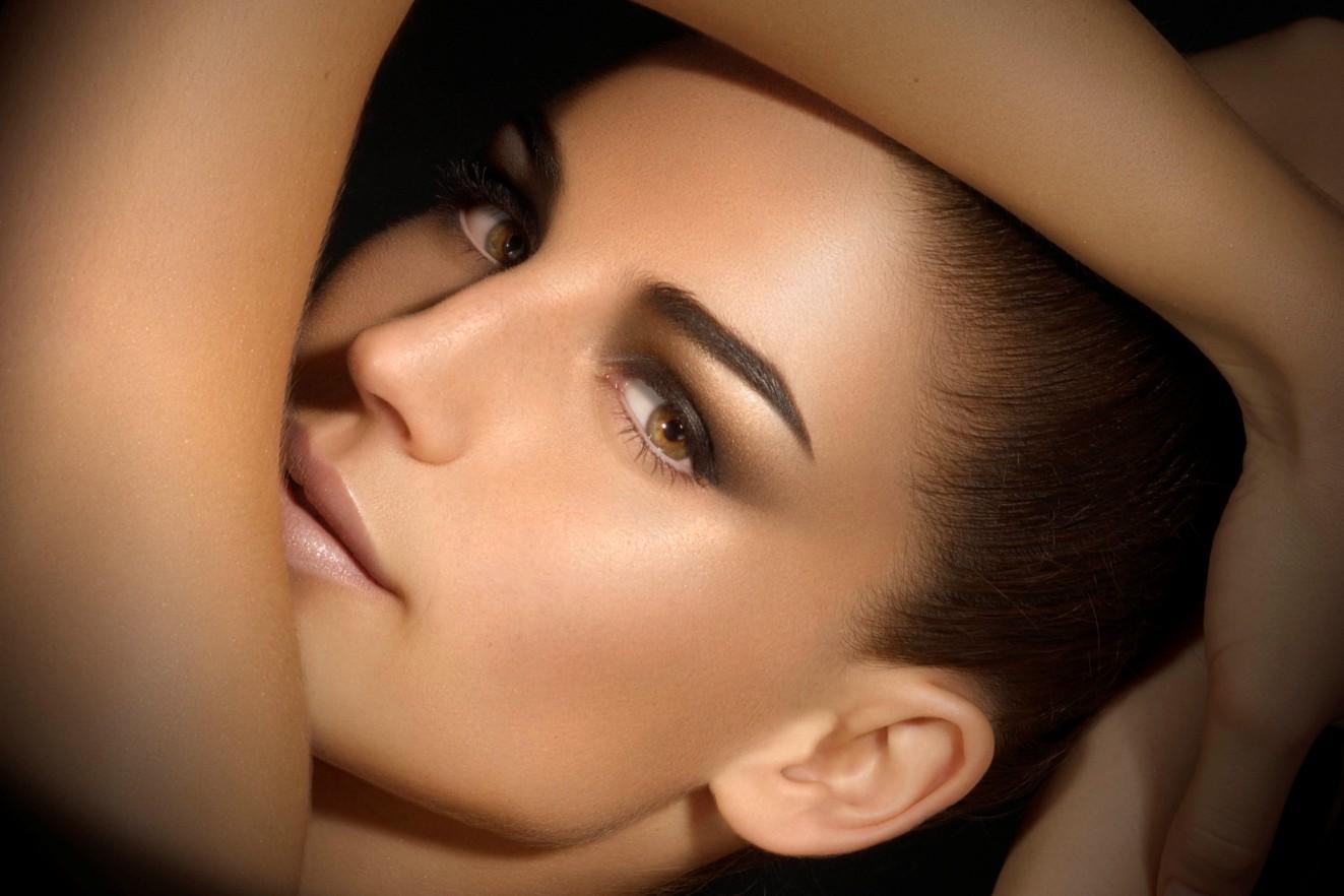 Visage de femme avec un maquillage naturel, dit 'nude'