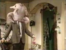 Mister Bean dans une scène avec la dinde de Thanksgiving sur la tête.