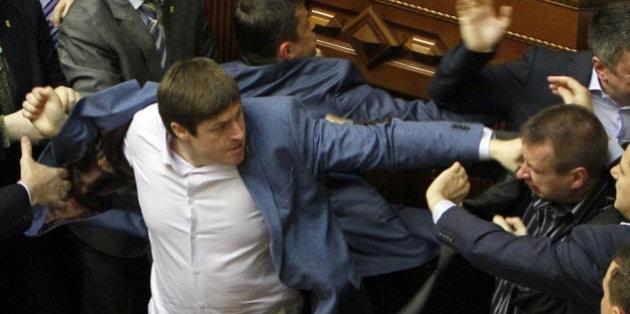Des hommes politiques se frappent au parlement ukrainien.
