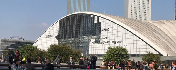 La façade du CNIT de la défense voit sa publicité pour le Galaxy Note 7 démontée en catastrophe après l'annonce de l'arrêt de la production