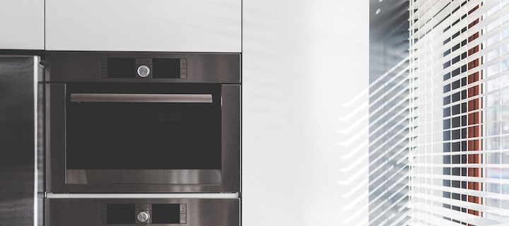 Un réfrigérateur, qui envoie la commande des quantités manquantes, qui prévient de la péremption des denrées. un four qui démarre depuis son smartphone.