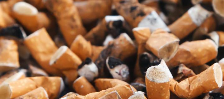 Cendriers débordant de mégots