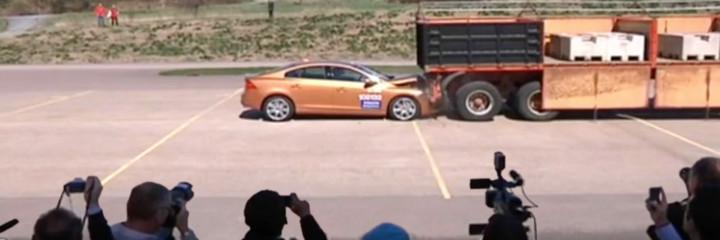 un prototype de voiture autonome Volvo rate son freinage derrière un camion en stationnement, en pleine démonstration devant les journalistes