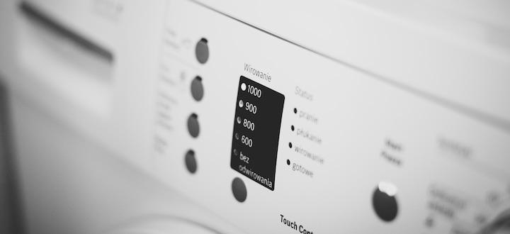 Une machine à laver qui se connecte à internet pour régler son programme en fonction du linge.