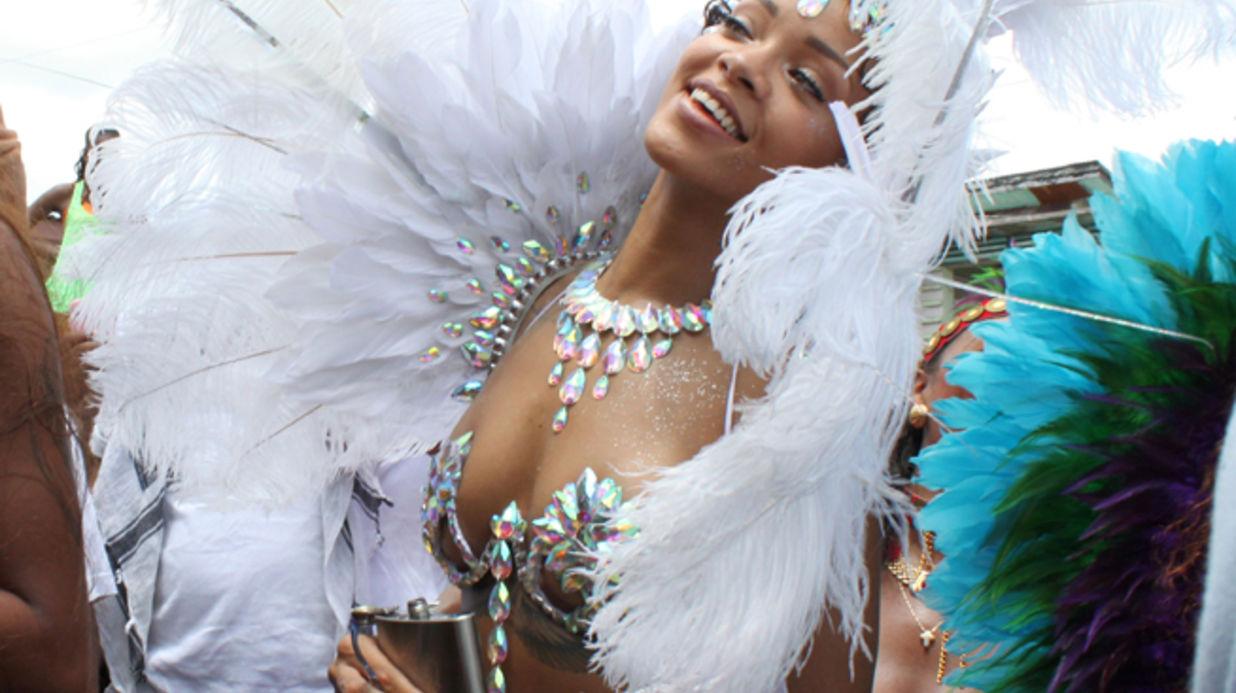 Rihanna vêtue d'une parure de carnaval argentée, avec bouquet de plume hérissant le dos